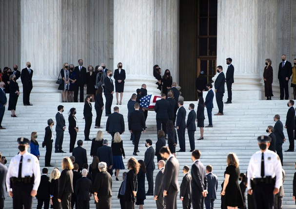 UNITED STATES - SEPTEMBER 23: The flag-draped casket of Justice Ruth Bader Ginsburg arrives at the U.S. Supreme Court in Washington on Wednesday, Sept. 23, 2020. (Photo by Caroline Brehman/CQ-Roll Call, Inc via Getty Images) (Foto: CQ-Roll Call, Inc via Getty Imag)