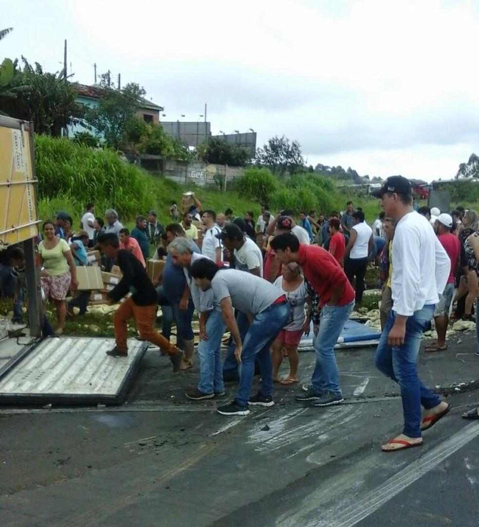 De acordo com a Polícia Rodoviária Estadual (PRE), toda a carga foi saqueada neste domingo (18). (Foto: Polícia Rodoviária Estadual/Divulgação)