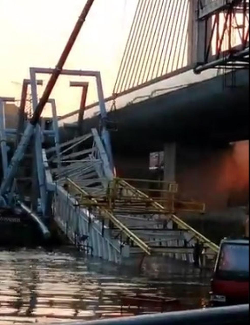 Ponte metálica que caiu dentro do Rio Pinheiros nesta terça-feira (17), na altura da estação Santo Amaro da Linha5-Lilás, do Metrô.   — Foto: Reprodução/Twitter