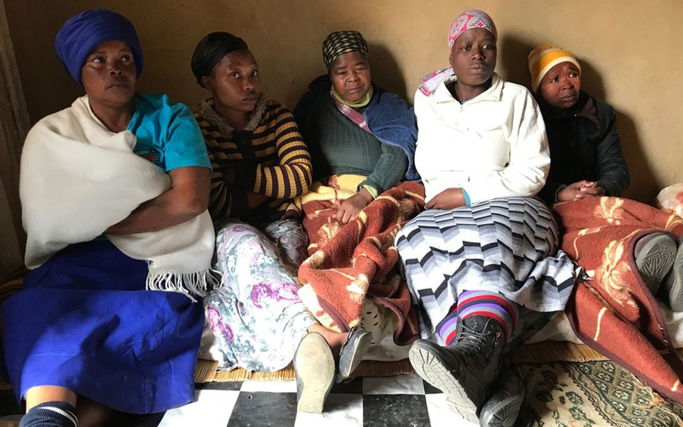 Nozipho Ntelele, de blusa branca, diz que o assassinato de Hlatshwayo foi brutal (Foto: BBC)