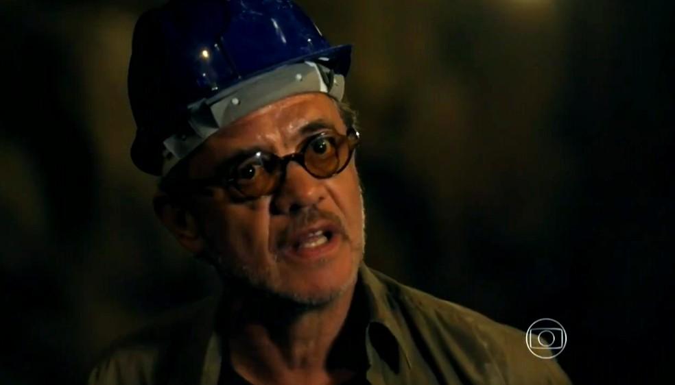 Duque (Jean Pierre Noher) teme pela vida de Cassiano (Henri Castelli) na mina - 'Flor do Caribe' — Foto: Globo