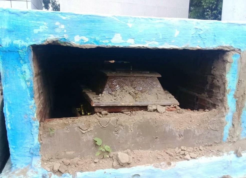 Segundo a família, também tentaram violar o caixão do sargento (Foto: Reprodução/TV Paraíba)