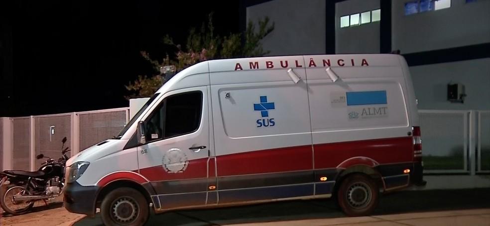 Criança foi atacada por pitbull em Cláudia, transferida de ambulância ao Hospital Regional de Sinop, onde já chegou sem vida — Foto: TV Centro América/Reprodução