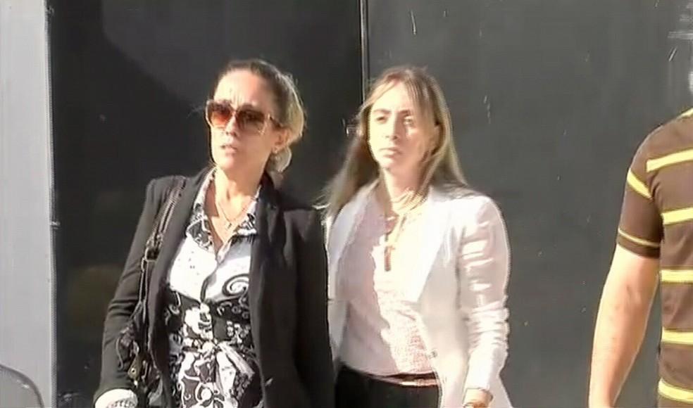 Mulher de subtenente deixou a delegacia em veículo da prefeitura (Foto: TV Verdes Mares/Reprodução)