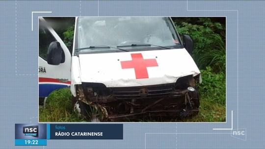 Ambulância sai de pista, bate em barranco e deixa mortos em SC