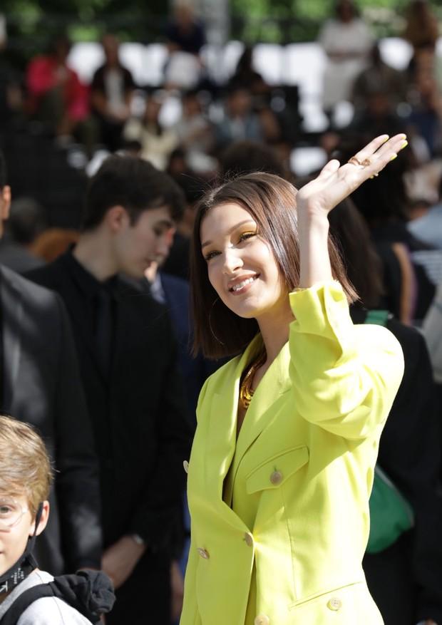 Bella Hadid no desfile de estreia de Kim Jones na linha masculina da Dior (Foto: Gerson Lirio Paris/FashioToMax)