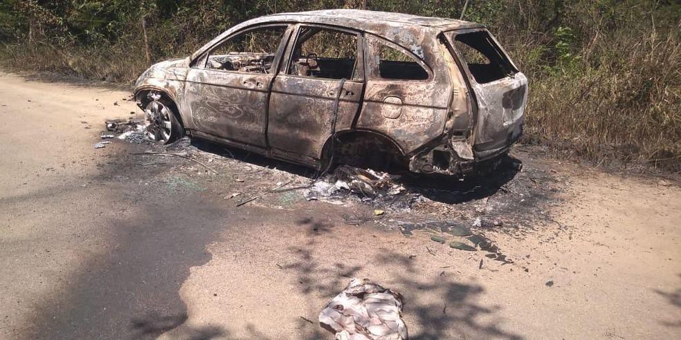 Carro encontrado queimado em Santa Cruz é do policial militar sequestrado no sábado (22) — Foto: Polícia Militar/Divulgação