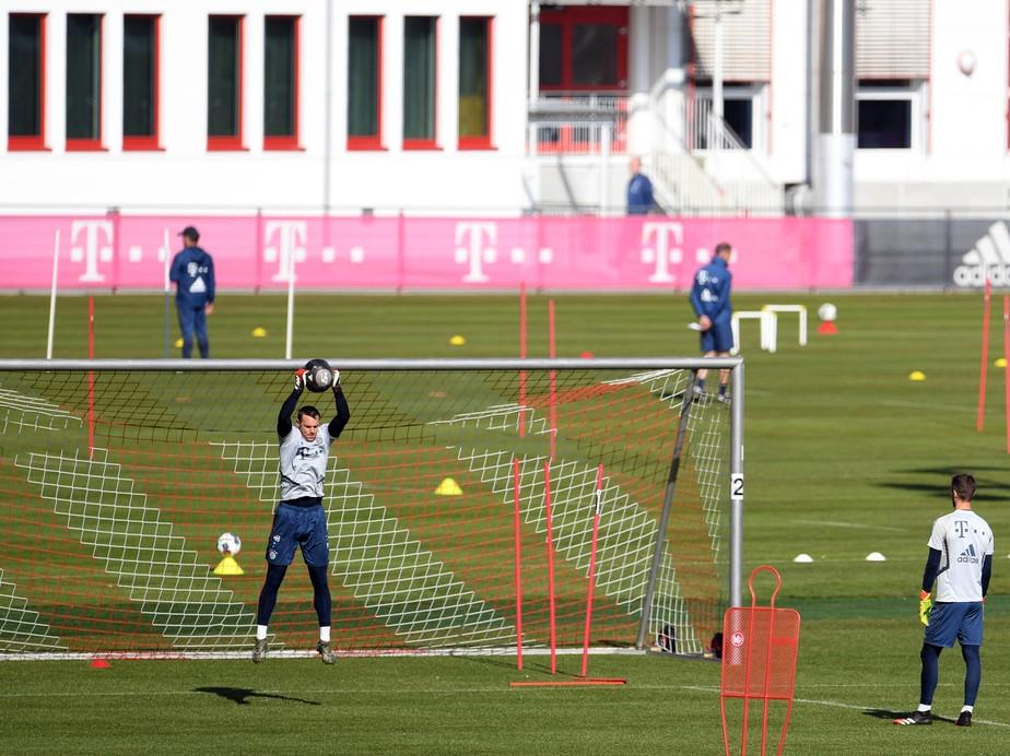 Bayern de Munique volta aos treinos com distanciamento social entre jogadores