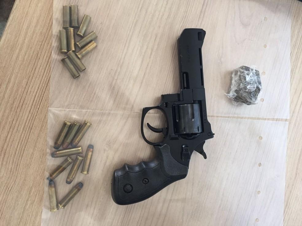 Munições, arma e droga encontradas na casa do suspeito (Foto: Divulgação/Polícia Civil)