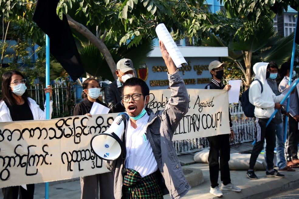 Pessoas protestam contra golpe militar do lado fora da Universidade de Medicina de Mandalay, em Mianmar, nesta quinta-feira (4) — Foto: Reuters