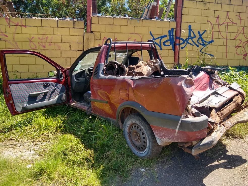 Desgovernada, carreta atingiu uma caminhonete — Foto: Elton Lopes / TV Globo