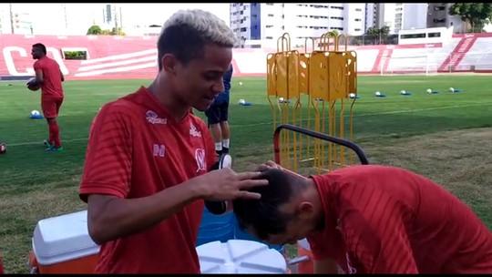 """Batizado: Erick improvisa """"moicano"""" em trote com novato no Náutico; veja vídeo"""