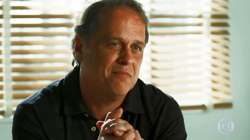 Norberto (Guilherme Fontes) pede desculpas por não ter sido um bom pai  — Foto: Globo