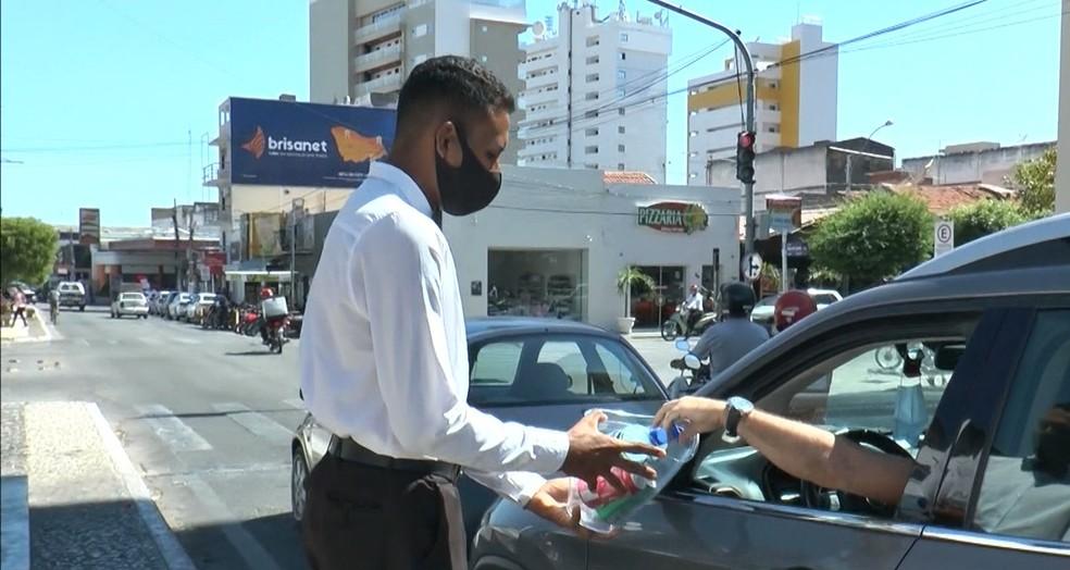 Após ser agredido do meio da rua, vendedor de água recomeça vida no Sertão da Paraíba — Foto: Reprodução/TV Paraíba