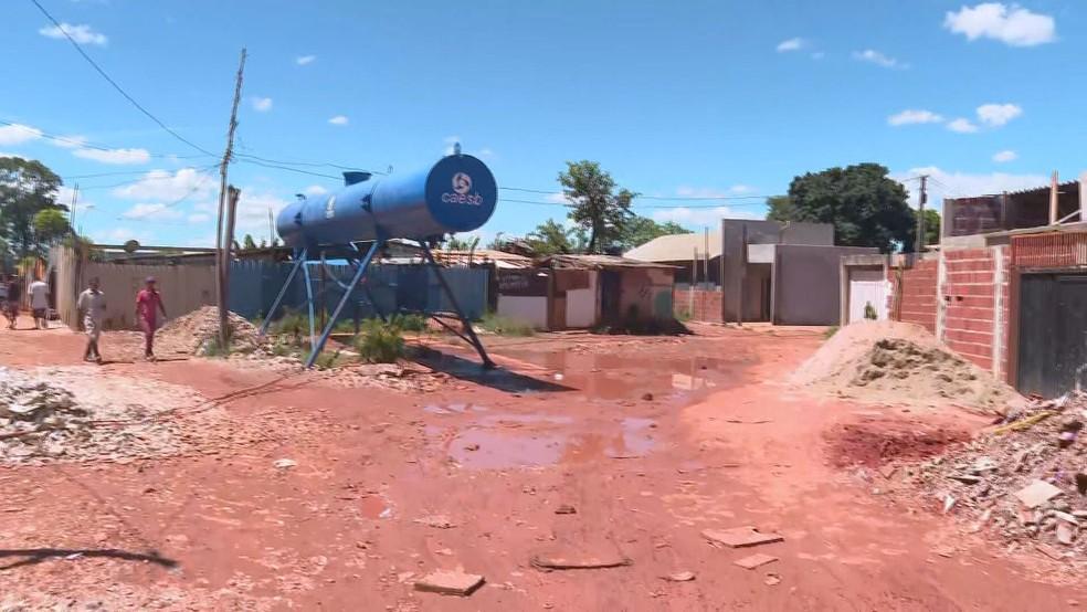 Ponto de distribuição de água na Chácara Santa Luzia, região da Estrutural, no DF, durante pandemia do coronavírus — Foto: TV Globo/Reprodução