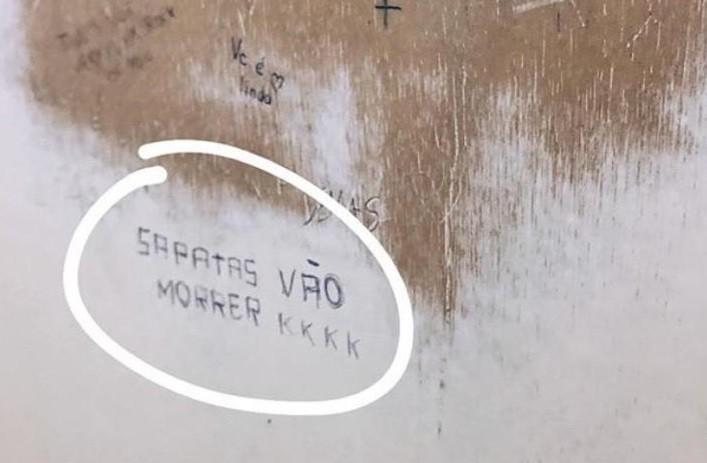 Pichação no banheiro feminino do Colégio Franco-Brasileiro