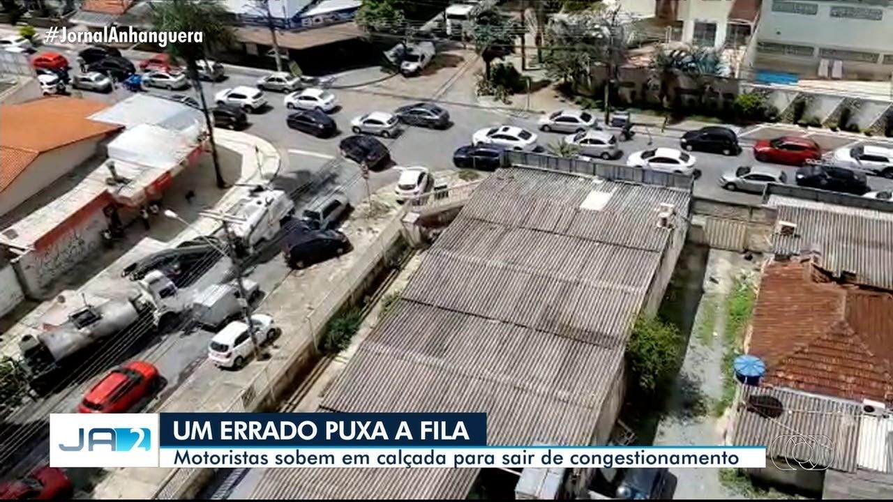 Motorista sobe na calçada para fugir de congestionamento, em Goiânia