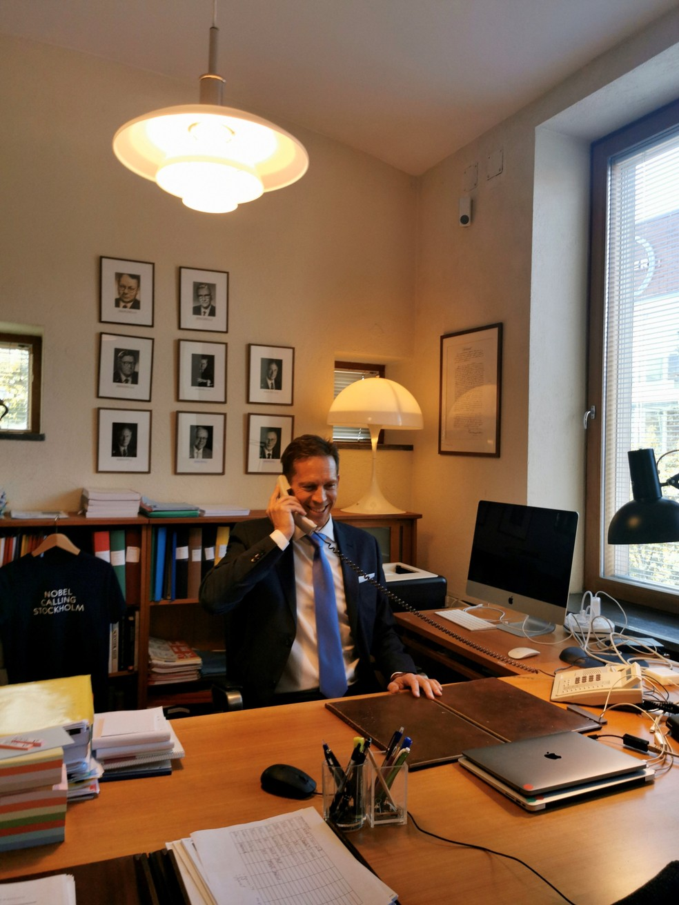O secretário do comitê, Thomas Perlmann, liga para um dos vencedores para dar a notícia. — Foto: Yanan Li/Reprodução Twitter Nobel