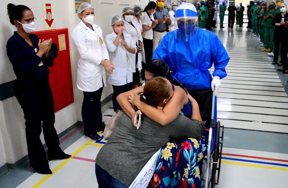 Jovem com Covid-19 que estava entubada e passou por cesária recebe alta do hospital no Pará: 'renasci'