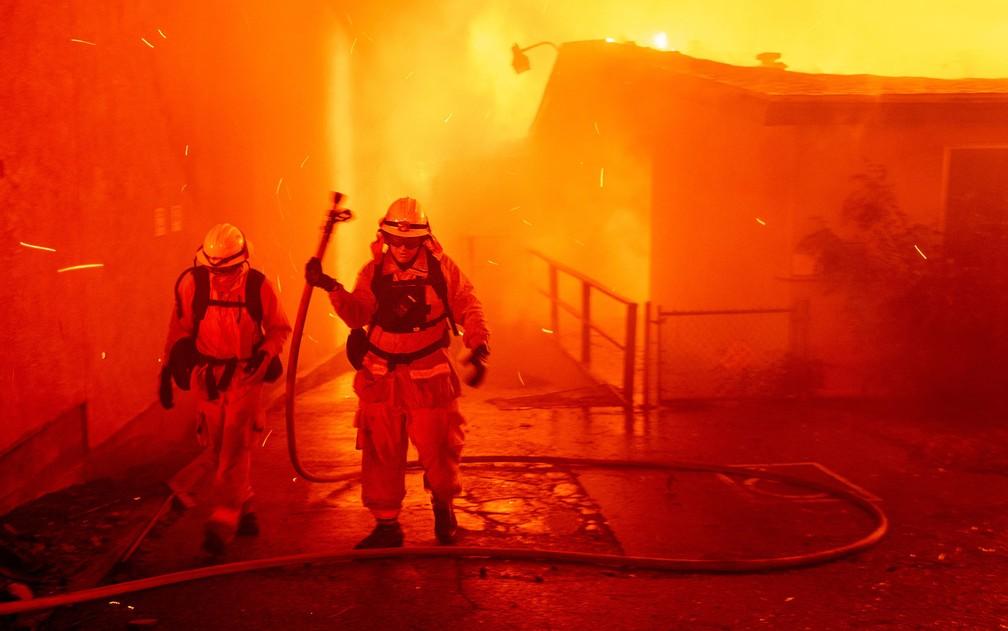 Bombeiros combatem o incêndio Camp Fire, em Paradise, na Califórnia, na quinta-feira (8) — Foto: AP Photo/Noah Berger