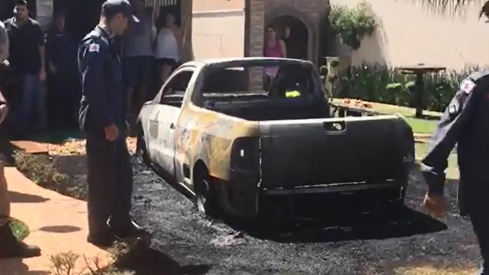 -  Carro pega fogo após ser atingido por rojões em Andradas  Foto: Jornal Andradas Hoje Regional