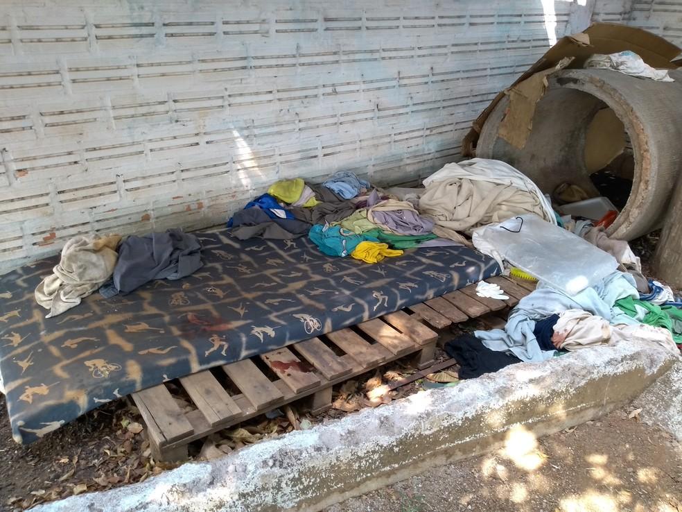 Idoso foi encontrado morto em colchão onde dormia — Foto: Eliete Marques/G1