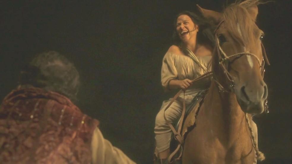 Germana (Vivianne Pasmanter) foge da Taberna dos Porcos em busca do sonho de ser atriz, em 'Novo Mundo' — Foto: TV Globo