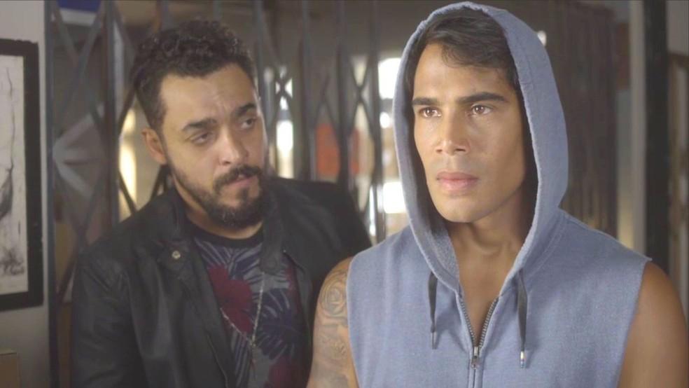 Lalá (Micael) confessa que trocou as balas de Dom Sabino (Edson Celulari) antes do duelo com Livaldo (Nelson Freitas), em O Tempo Não Para — Foto: TV Globo