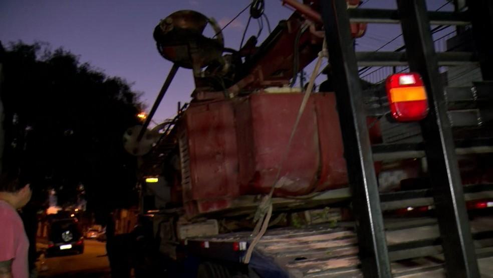 Máquina que deslizou da carreta quase gerou um acidente na Zona Leste de São Paulo  — Foto: Reprodução/TV Globo