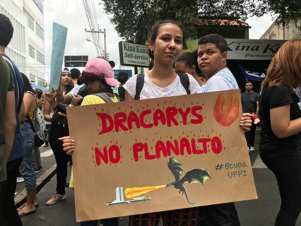 Teresina - Manifestante exibe cartaz em manifestação contra bloqueio de recursos da educação — Foto: Lorena Linhares/ G1 PI