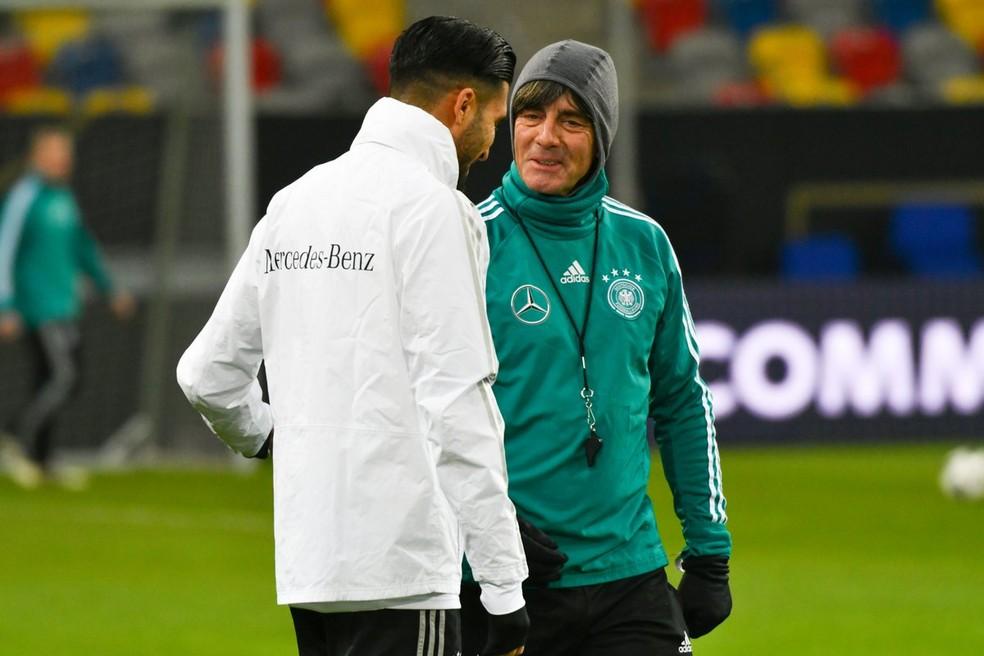 Emre Can com Joachim Low: com dores, jogador do Liverpool foi liberado pelo técnico (Foto: Reprodução / Twitter)