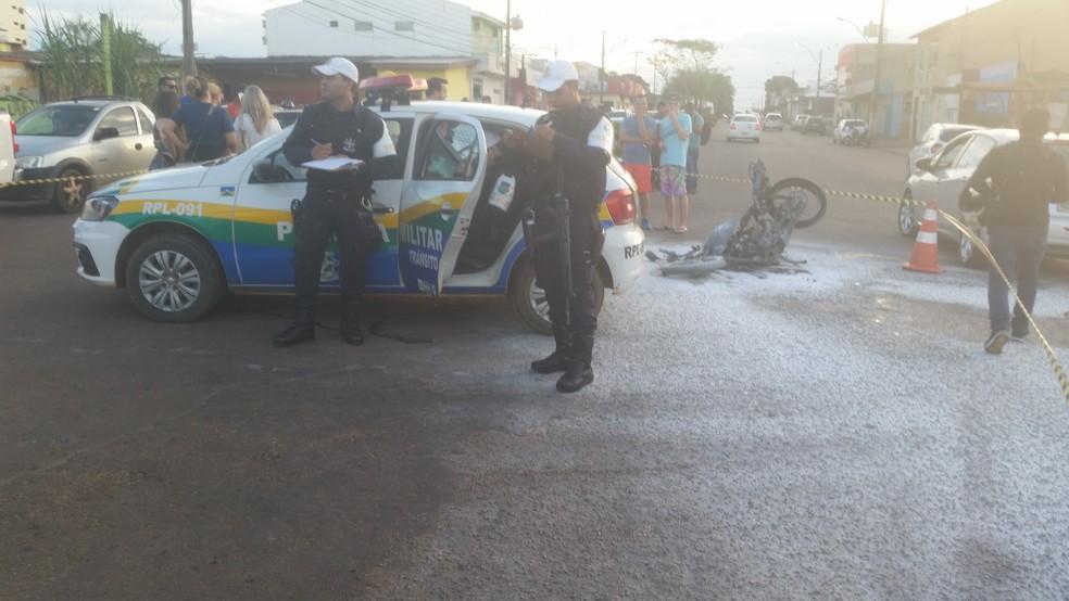 Segundo a PM de Trânsito, o carro invadiu a preferecial, causando o acidente (Foto: G1 RO)
