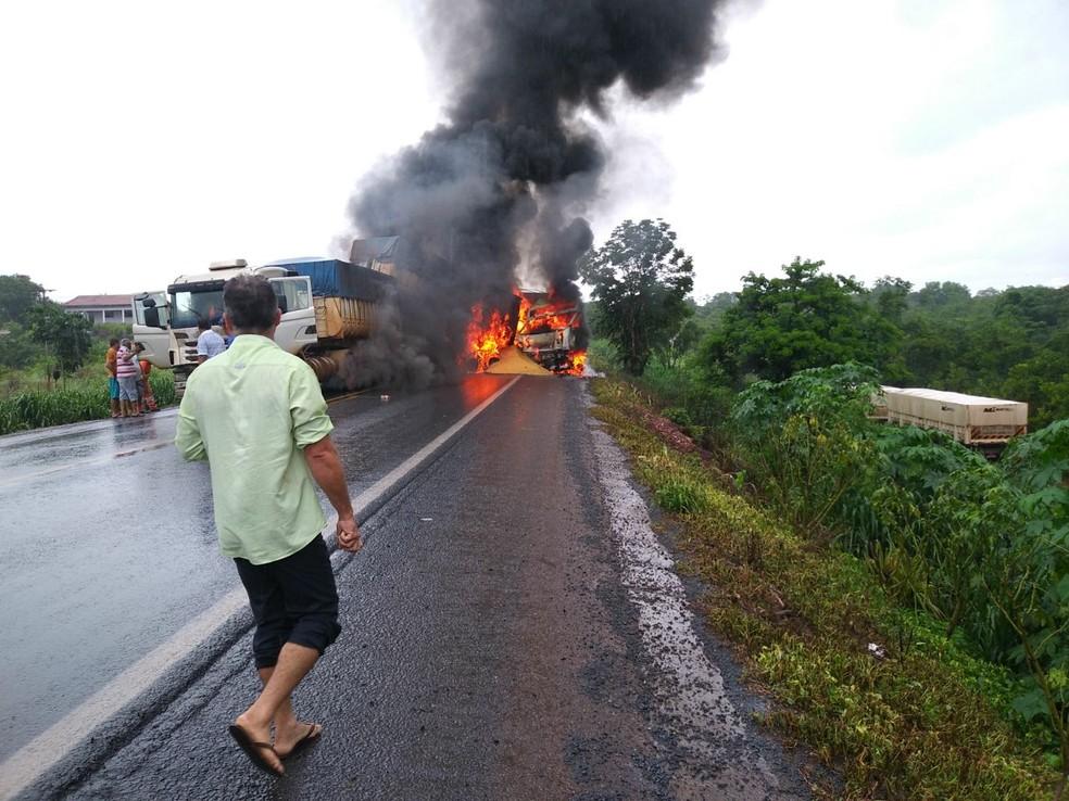 Uma das carretas chegou a pegar fogo após a colisão, na BR-364 (Foto: Russo Odelar/Horanews MT )