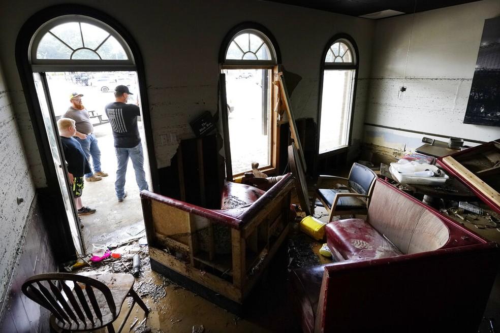 Homem do lado de fora de seu restaurante, Bella Blak Pizzeria, que foi destruído, domingo, 22 de agosto de 2021, em Waverly. — Foto: Mark Humphrey/AP