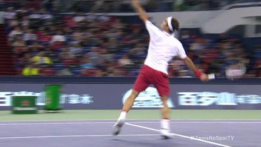 Federer se defende na rede e mata o ponto de forma sensacional contra Goffin no Masters 1000 de Xangai