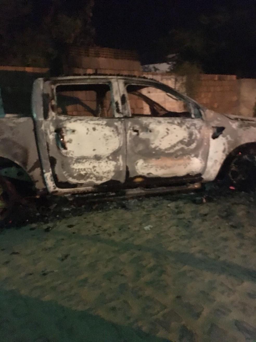 Carro queimado por bandidos em Surubim (Foto: WhatsApp/Reprodução)