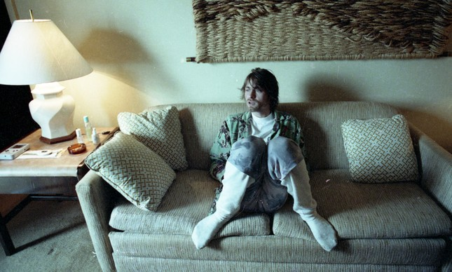 À vontade, Kurt deu entrevista ao GLOBO vestindo pijama e meias em sofá da sua suíte, em 1993