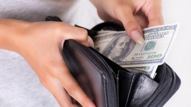 Sabatier passou a ver o dinheiro como unidades de tempo, e não como unidades monetárias (Foto: Getty Images via BBC News Brasil)