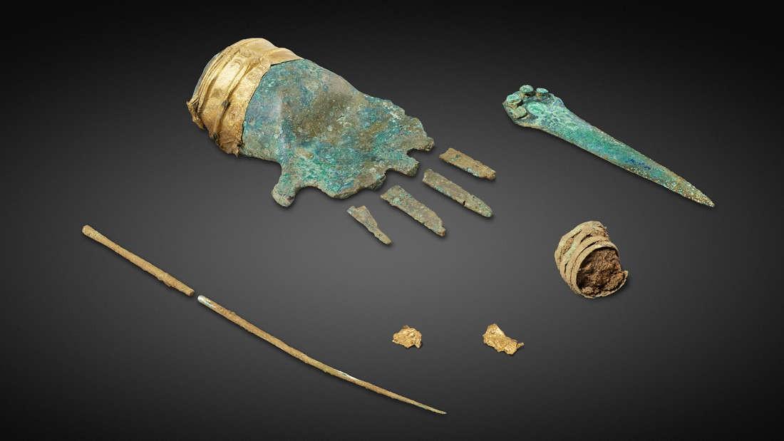 Mão de bronze descoberta por arqueólogos da Suíça (Foto: The Archaeological Service of the Canton of Bern)
