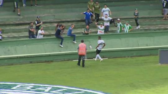 """Com assistência e gol, Giovanni se destaca em vitória do Coritiba e recebe elogio: """"Atleta diferente"""""""