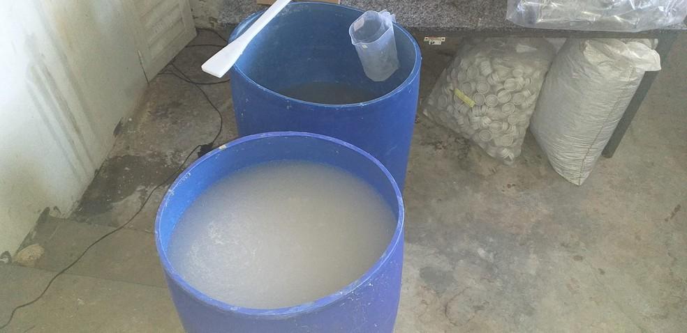 Ação conjunta apreendeu mil litros de álcool estocado dentro de fábrica em MS — Foto: Polícia Civil/Divulgação
