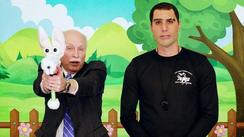 O ator Sacha Baron Cohen na série Who Is America? na companhia de um político fazendo publicidade para armas voltadas para crianças de 4 anos (Foto: Reprodução)