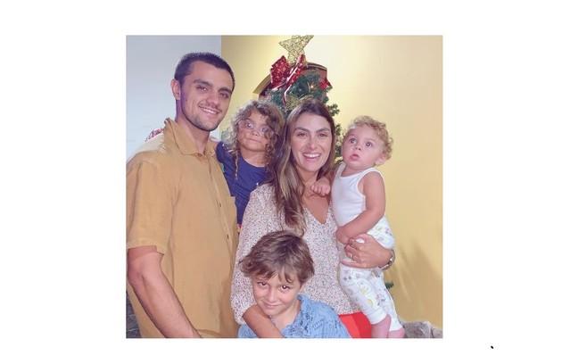 Felipe Simas e Mariana Uhlmann passaram o Natal apenas com os filhos, Joaquim, Maria e Vicente (Foto: Reprodução)