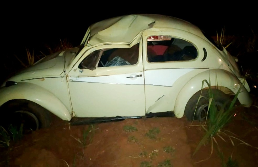 Adolescente furta veículo de pátio, derruba portão com o carro e capota em estrada rural de Paraguaçu Paulista — Foto: i7 Notícias/Divulgação