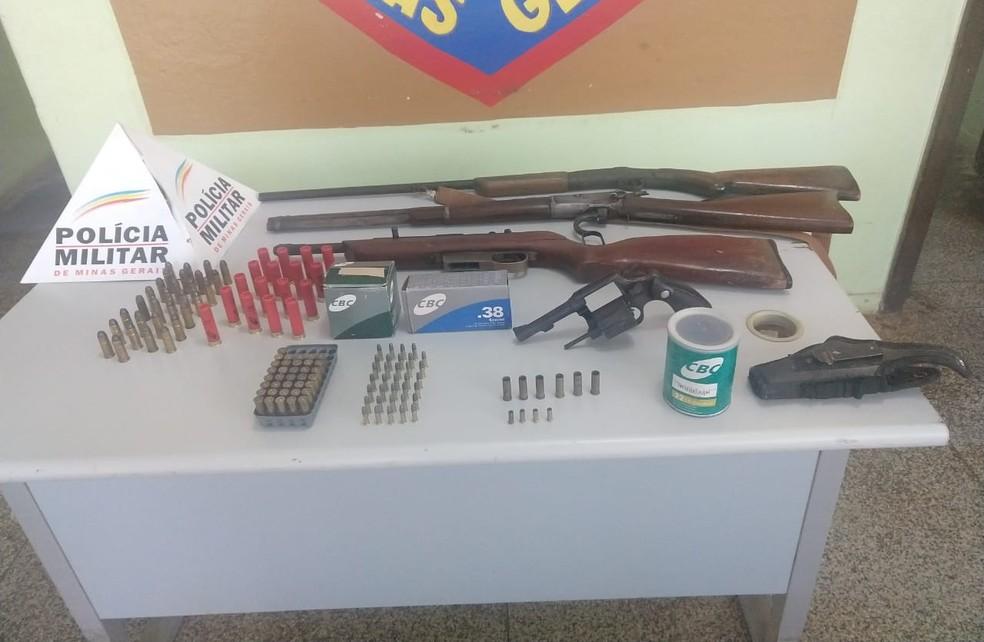 PM apreendeu armas e munições em Padre Paraíso — Foto: Polícia Militar/Divulgação