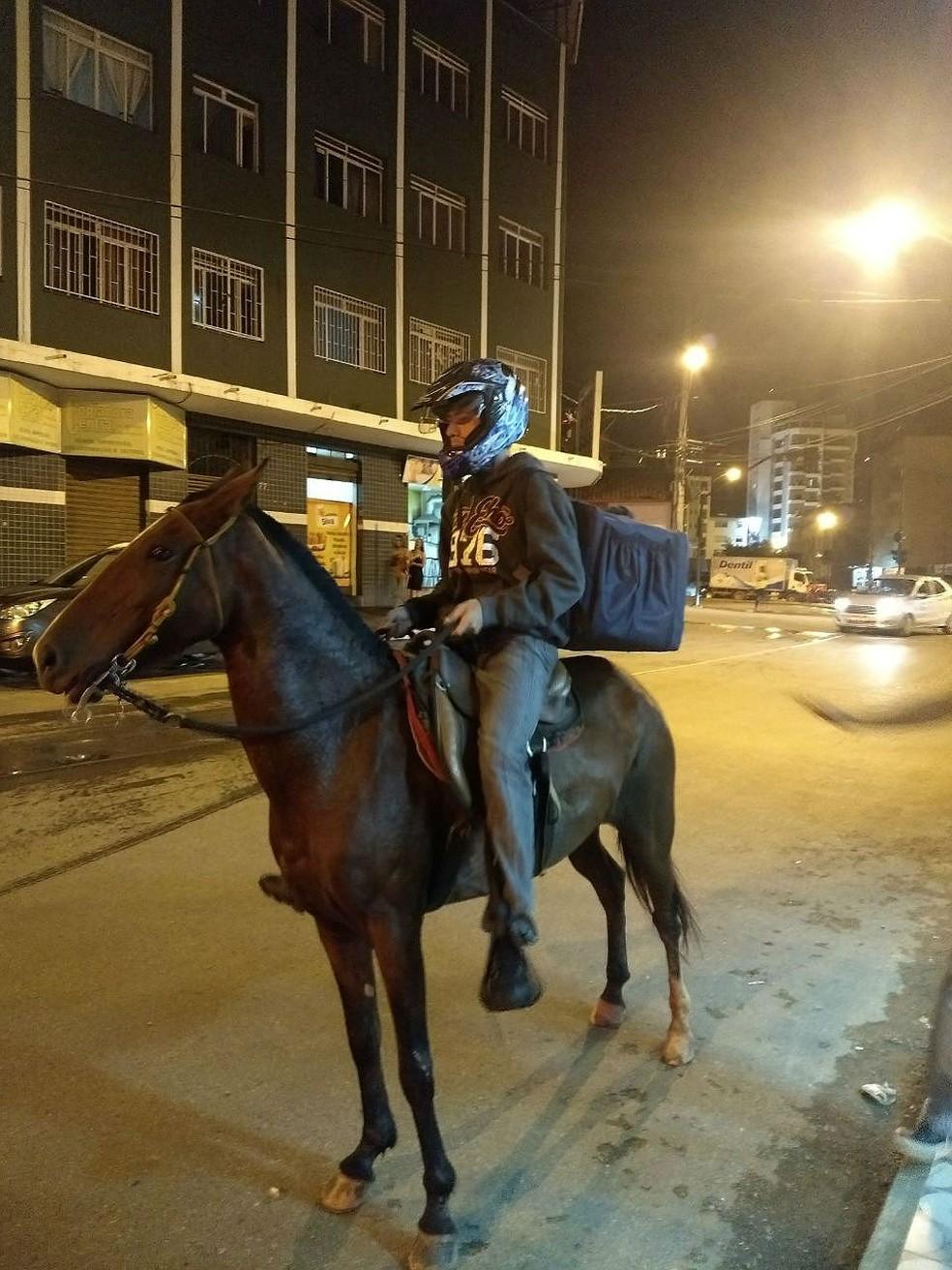 """""""Prefiro a moto. O cavalo não tem freio"""", disse o motoboy Ronie Oliveira, de Viçosa (Foto: Cristiano Santana/Arquivo pessoal)"""