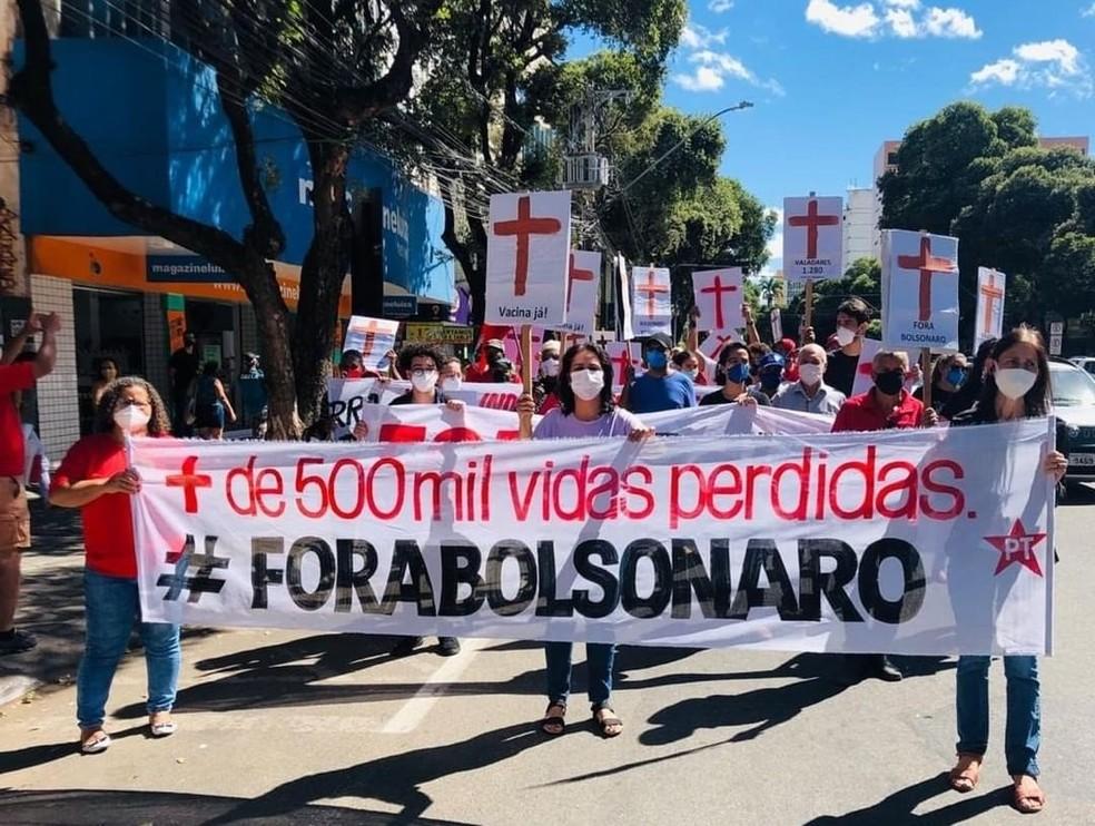 Manifestantes protestaram contra o governo em Governador Valadares — Foto: Divulgação