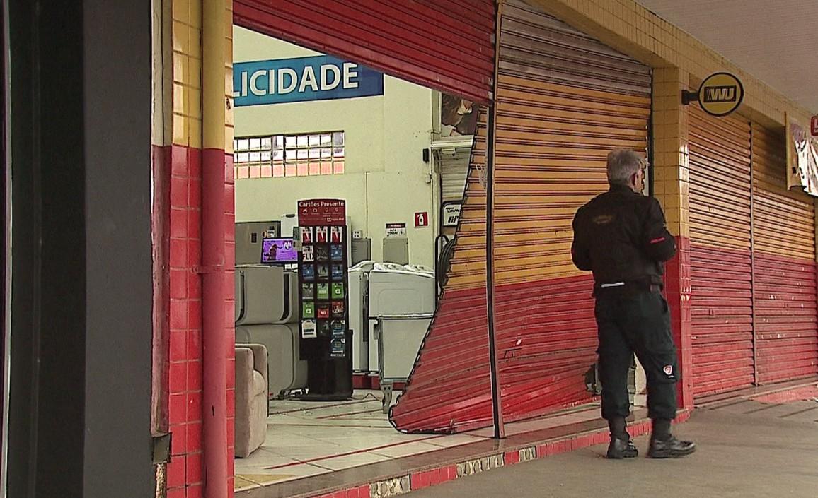 Em marcha à ré, caminhonete invade duas lojas de móveis, em Ponta Grossa - Notícias - Plantão Diário