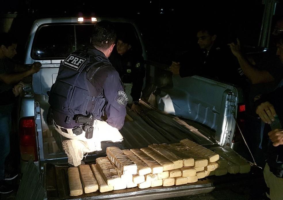 Droga apreendida estava escondida em um compartimento falso  (Foto: Reprodução/PRF)