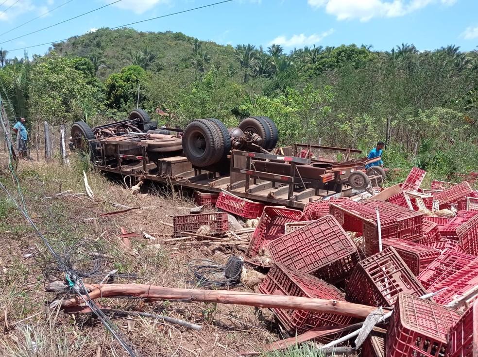 Carreta que transportava frangos tomba e deixa um morto no Piauí — Foto: Francisco Soares/Clique União